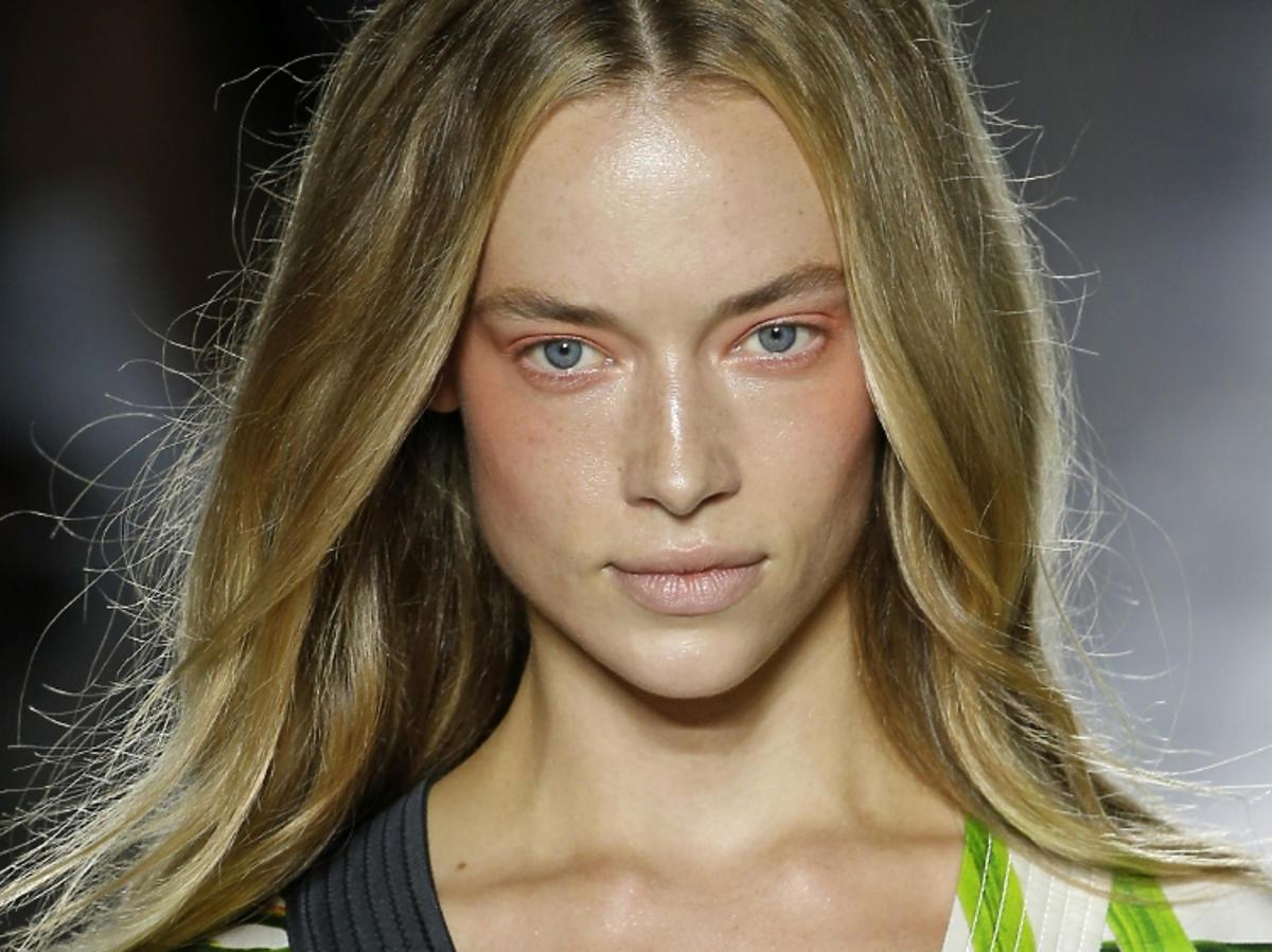 Trendy w makijażu na wiosnę 2019: pomarańczowe oko/Genny