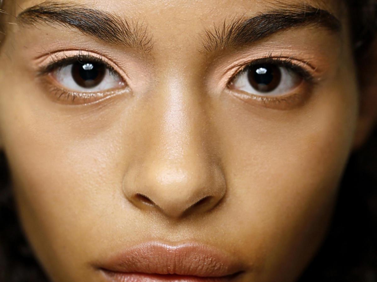 Trendy w makijażu na wiosnę 2019: pomarańczowe oko/Peter Pilotto