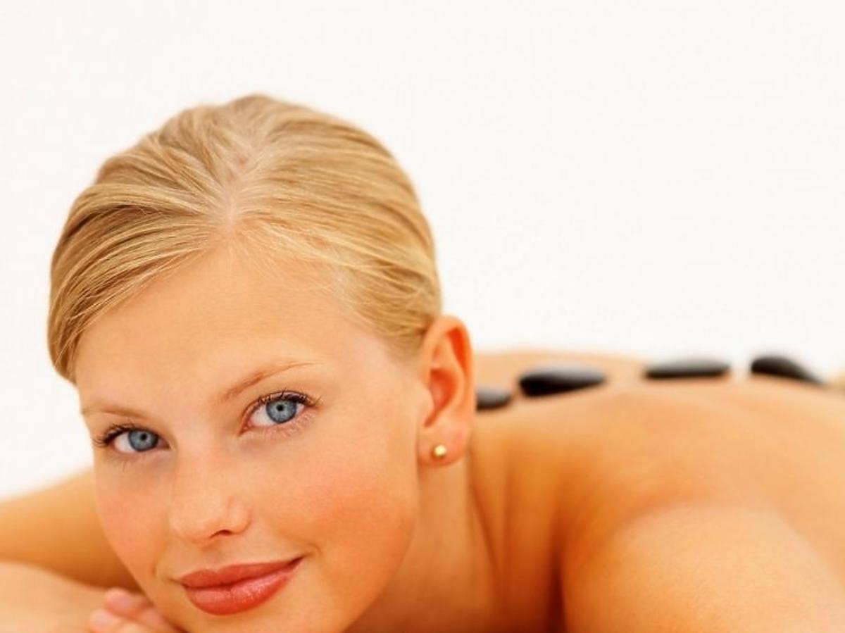 Modelka podczas masażu ciepłymi kamieniami bazaltowymi