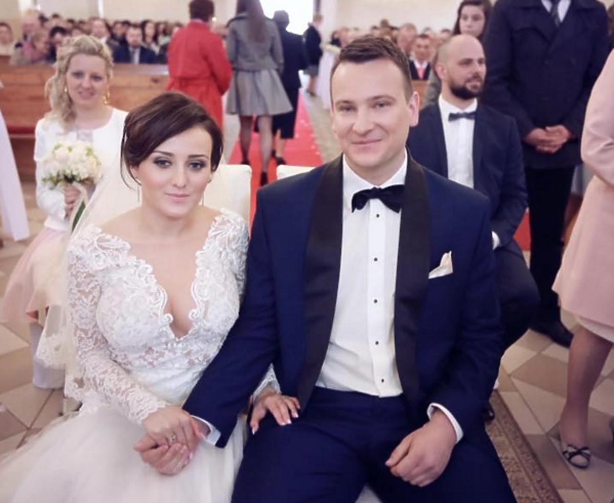Ania z Rolnik szuka żony w sukni ślubnej z głębokim dekoltem