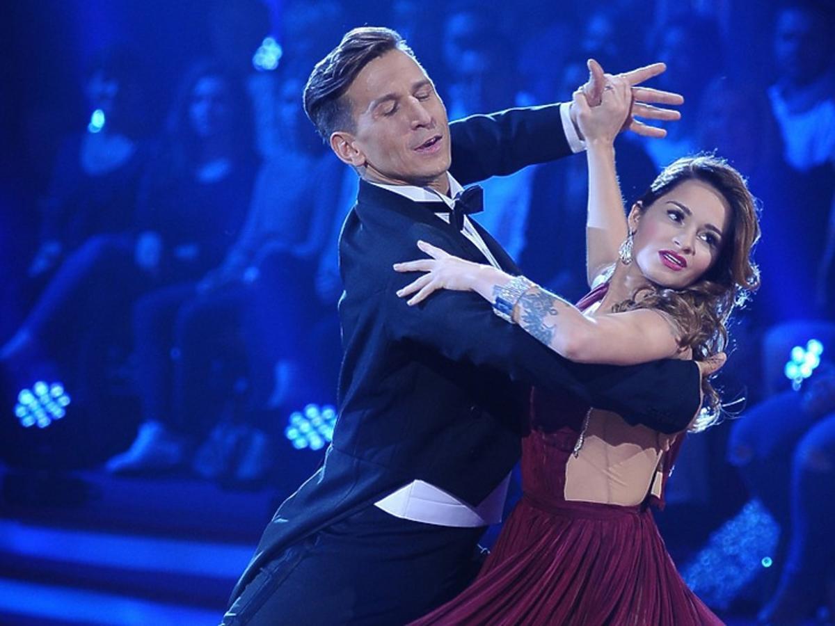 Ewelina Lisowska i Tomasz Barański tańczą walca w Tańcu z gwiazdami