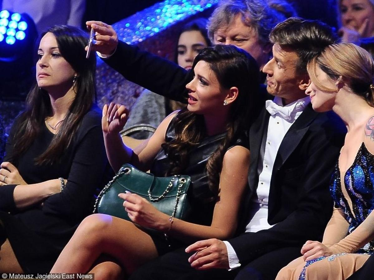 Ewelina Lisowska robi selfie z Tomkiem Barańskim i Klaudią Halejcio