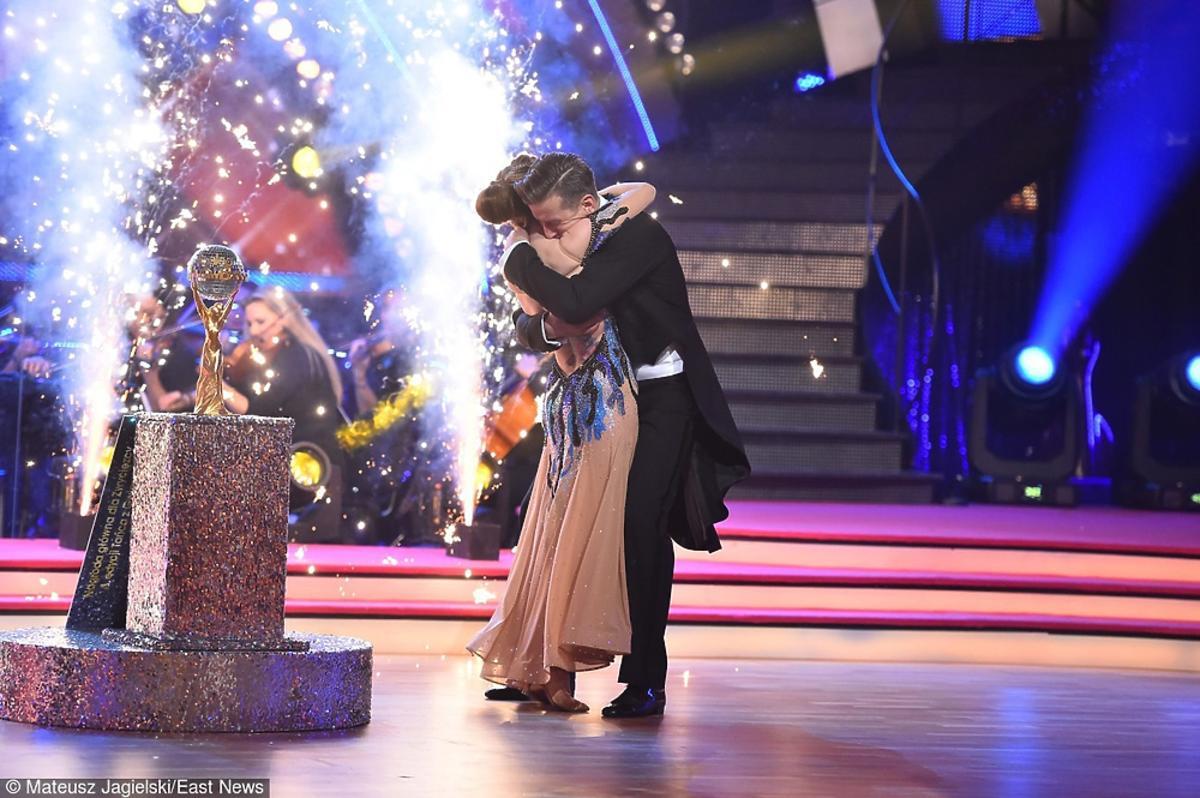 Ewelina Lisowska, Tomek Barański przytulają się na planie Tańca z gwiazdami