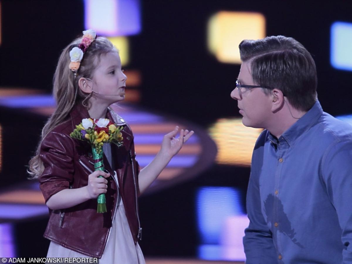 Filip Chajzer rozmawia z uczestniczką show Mali Giganci