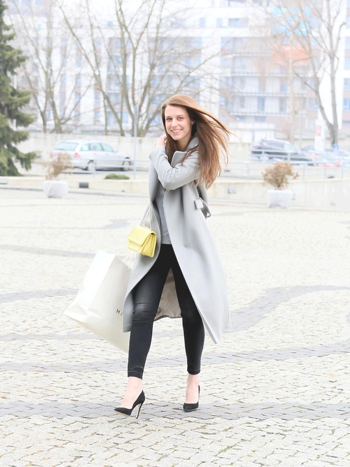 Julia Kamińska w szarym płaszczu