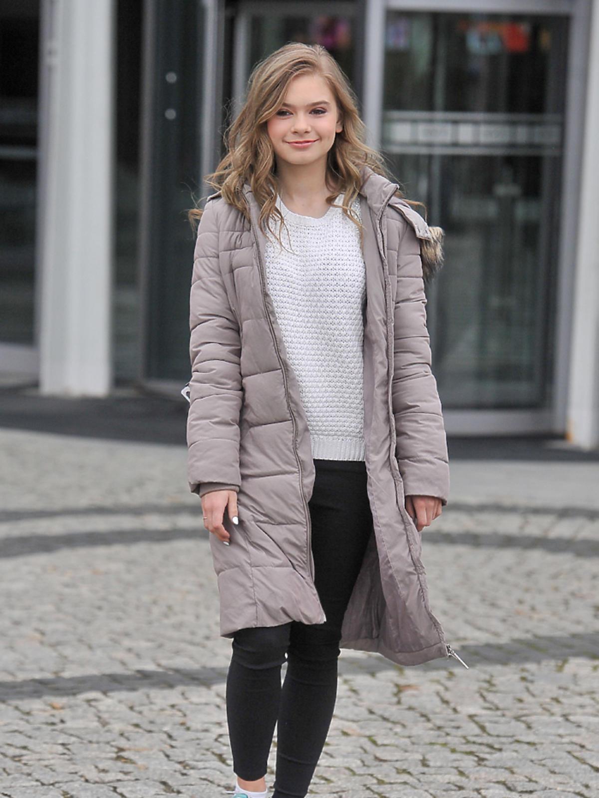 Julia Wróblewska w białym swetrze