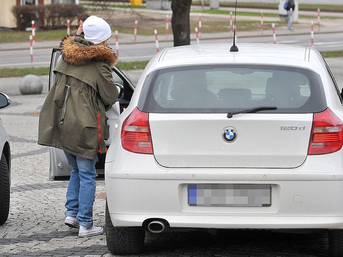 Maja Bohosiewicz wchodzi do samochodu