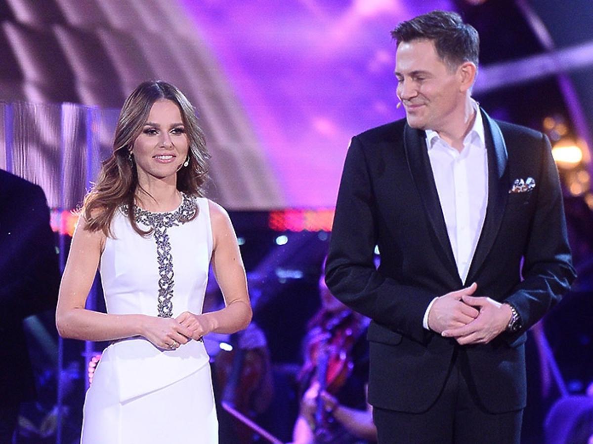 Paulina Sykut w białej sukience, Krzysztof Ibisz w garniturze na planie show Polsatu