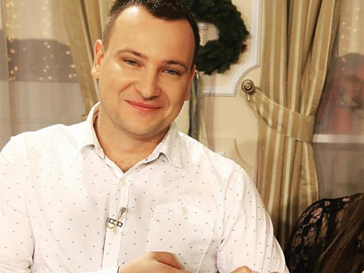 Rolnik szuka żony - Grzegorz w białej koszuli, Ania w czarnej sukience na nagraniu świątecznego odcinka