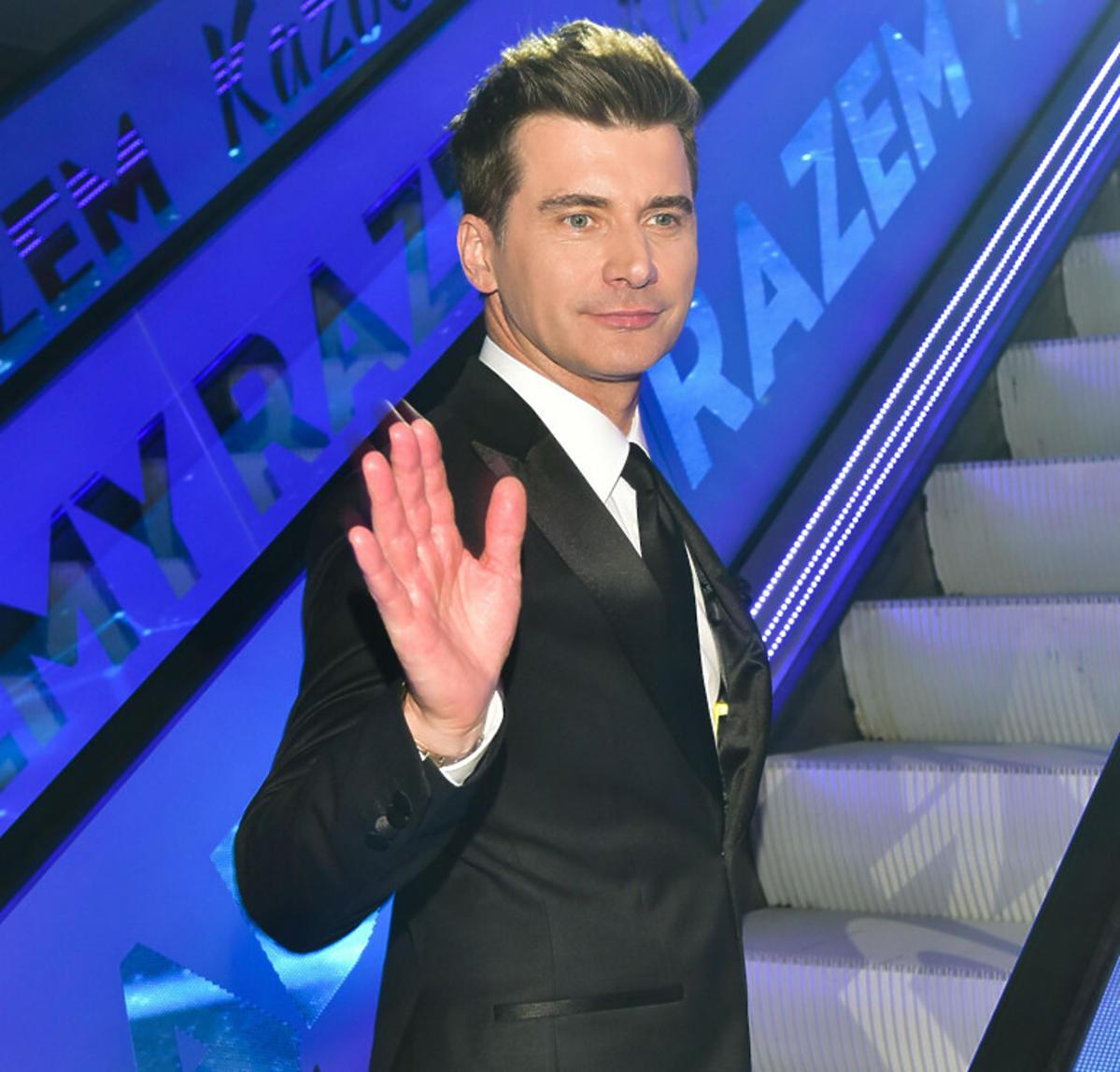 Tomasz Kammel na schodach w budynku TVP