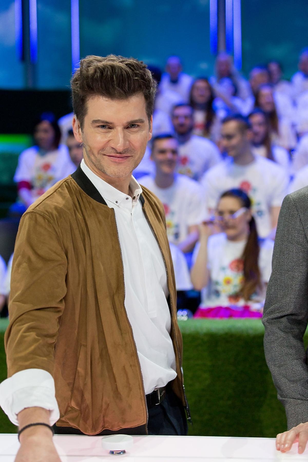 Tomasz Kammel w białej koszuli