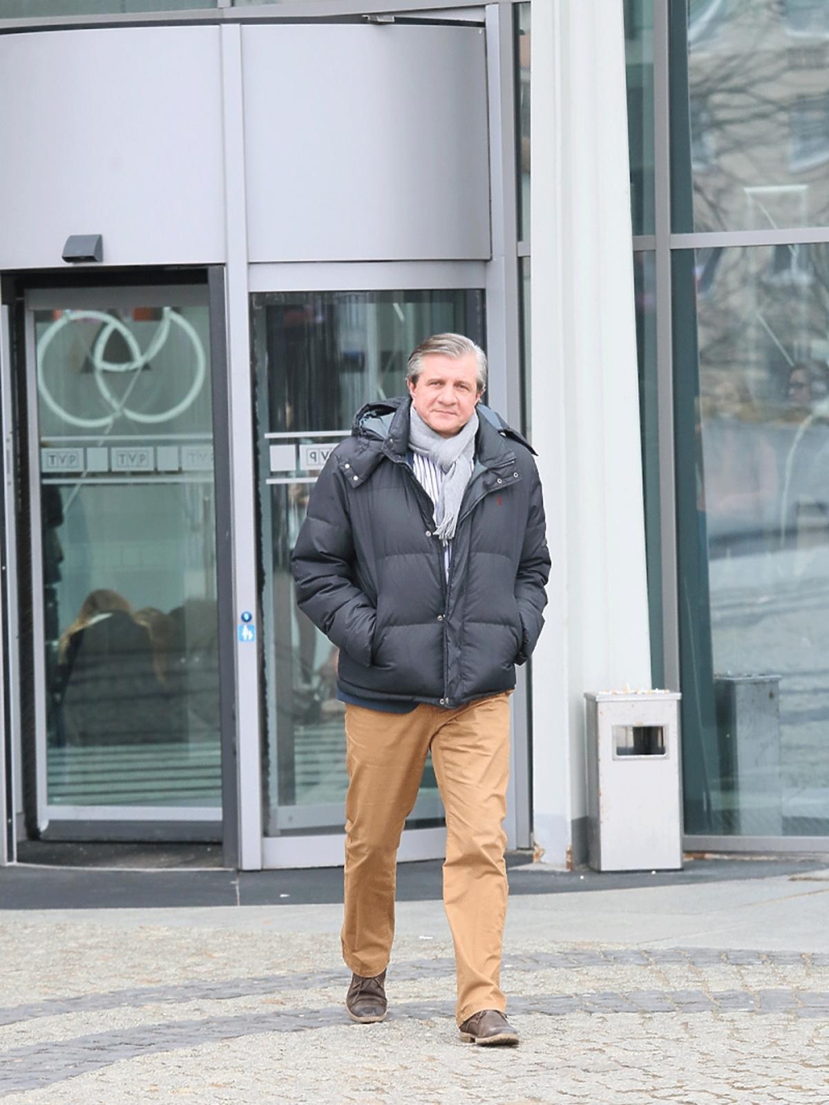 Zygmunt Chajzer w zimowej kurtce i szarym szaliku